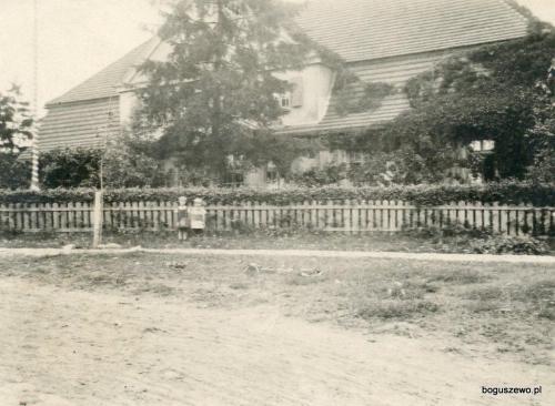1930r. ok. Dzieci Alojzego przed szkołą
